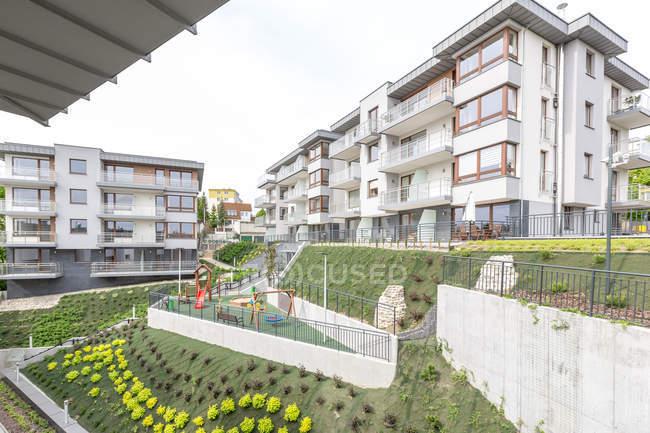 Vue de Pologne, à Gdynia, aux immeubles d'habitation avec terrain de jeux au premier plan — Photo de stock