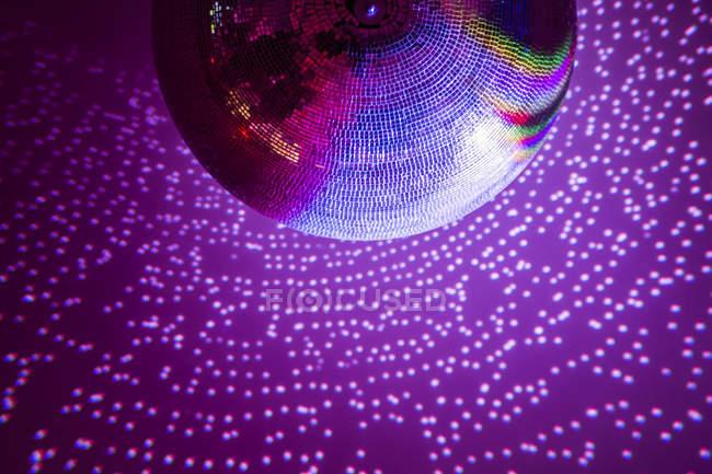 Фиолетовый диско шар и огни — стоковое фото