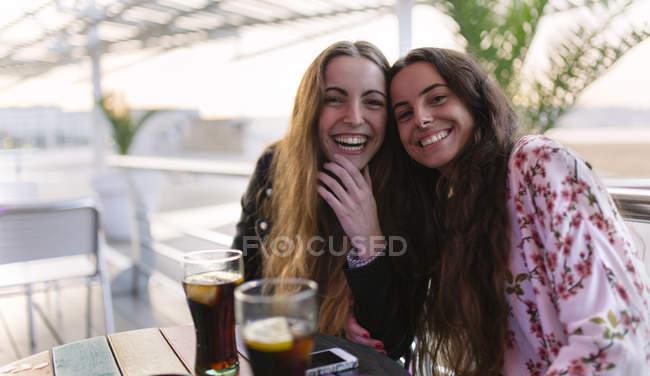 Ritratto di due amiche che si divertono insieme — Foto stock