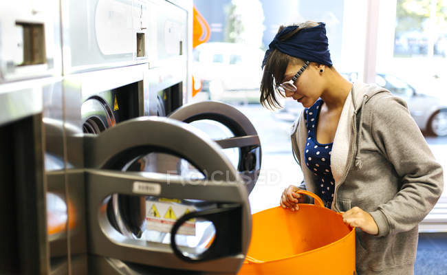 Молодая женщина в прачечной — стоковое фото