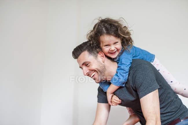 Щасливий батько, що носить дитячого голуба. — стокове фото