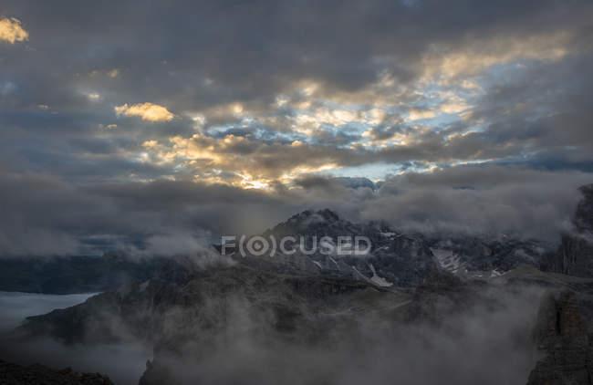 Vue sur les montagnes Cadini di Misurina au lever du soleil par une journée nuageuse, Dolomites, Haut Adige, Italie — Photo de stock