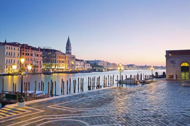 Italia, Venecia, Vista de San Marco y la torre iluminada por la noche - foto de stock