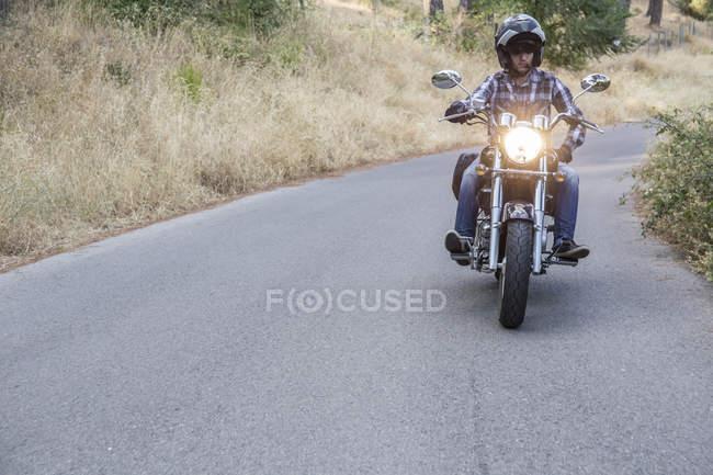 Man riding motorbike on open road — Stock Photo