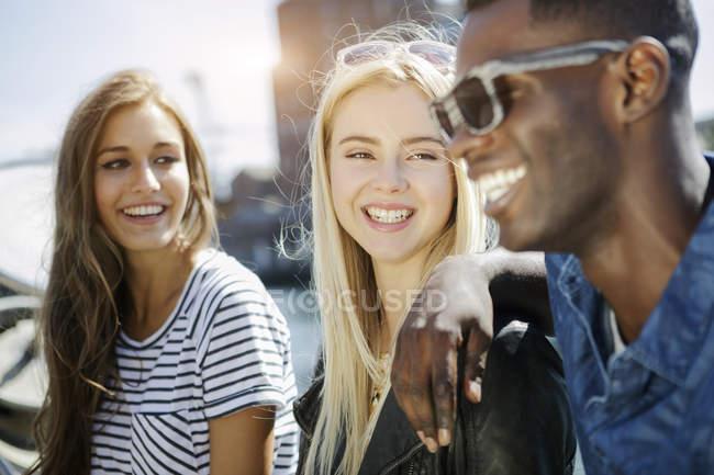 Германия, Дуйсбург, трое молодых людей, весело на Медиа гавань — стоковое фото
