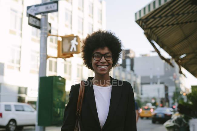 Retrato de una mujer de negocios sonriente con gafas - foto de stock
