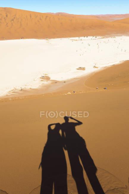 Ombra di Namibia, deserto del Namib, di coppie che osservano al Deadvlei — Foto stock