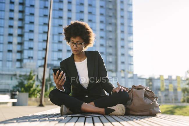Portrait de femme d'affaires regardant smartphone — Photo de stock