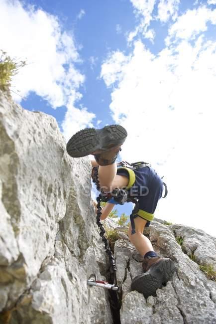 Маленький хлопчик скелелазіння скелі — стокове фото