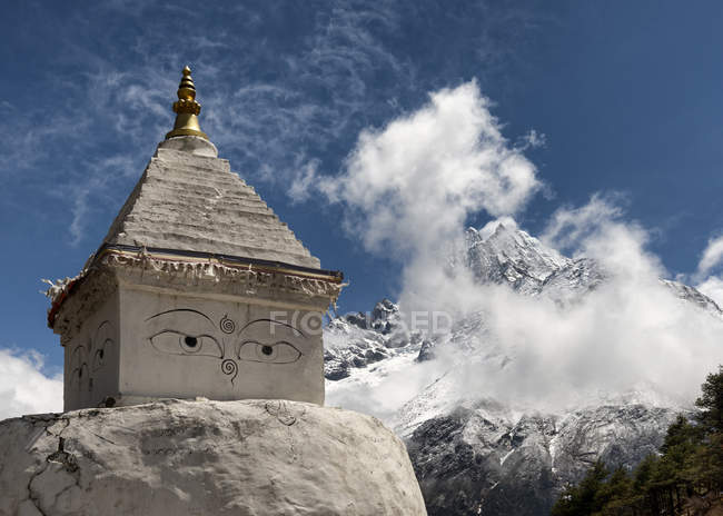 Nepal, Himalaya, Khumbu, Buddhist stupa in mountains — Stock Photo
