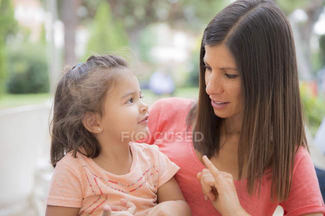 Femme parlant à sa petite fille — Photo de stock