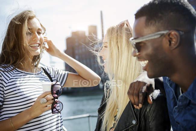 Трое молодых людей, весело на Медиа гавань — стоковое фото