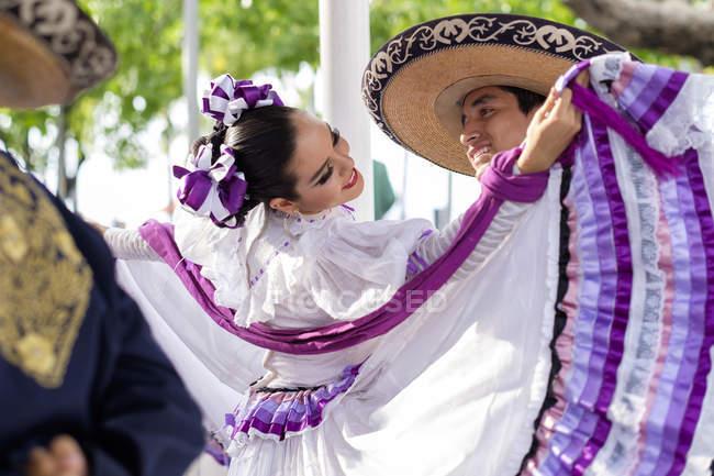 Couple mexicain folkloriques de Jalisco, au Mexique, des danseurs en costume traditionnel — Photo de stock