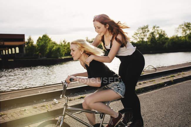 Zwei Freunde mit Bmx Fahrrad zusammen — Stockfoto