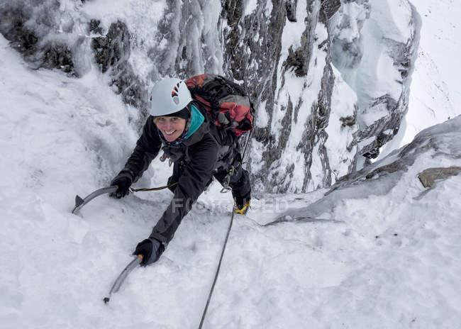 Ghiaccio donna in montagne innevate, Glencoe, Ben Udlaih, Scozia, Regno Unito — Foto stock