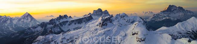 Восход солнца в итальянских Альпах зимой в дневное время — стоковое фото