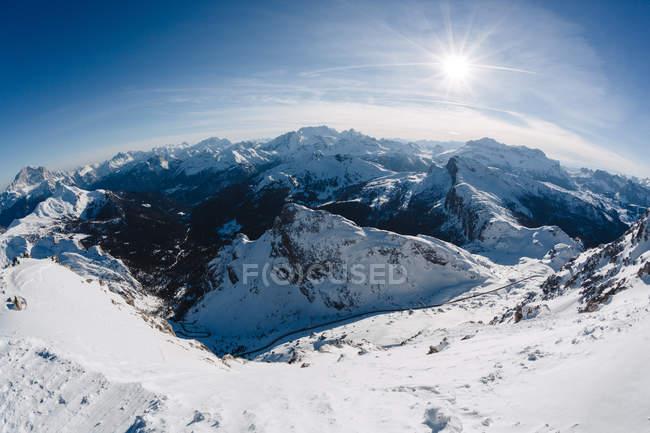 Alpi italiane in inverno con neve sulle rocce durante il giorno — Foto stock