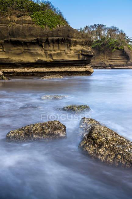 Indonesia, Bali, veduta della costa con roccia durante il giorno — Foto stock