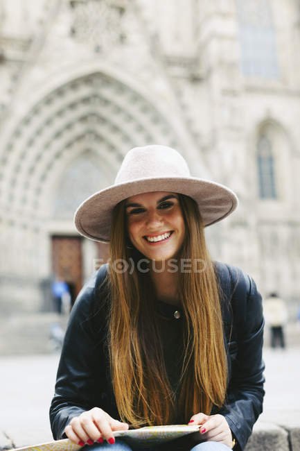 Іспанія, Барселона, портрет усміхнений молода жінка з картою — стокове фото