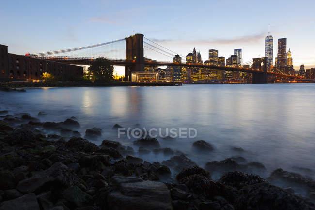 Estados Unidos, Nueva York, Nueva York, Manhattan, Brooklyn Bridge al atardecer - foto de stock
