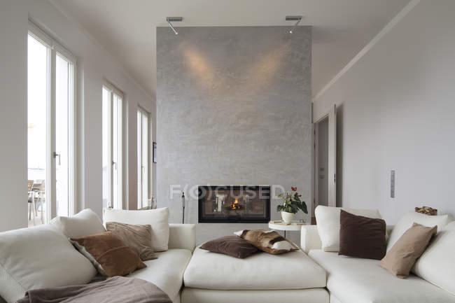 Intérieur du salon moderne avec canapés blancs — Photo de stock