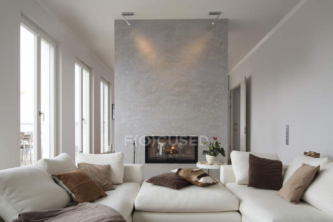 Interior de moderna sala con sillones blancos - foto de stock