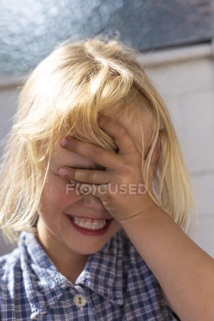 Menina, cobrindo os olhos com a mão — Fotografia de Stock
