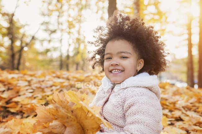 Niña jugando en el parque de otoño - foto de stock