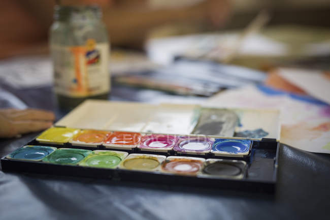 Scatola di vernice ad acquerello su sfondo blu — Foto stock