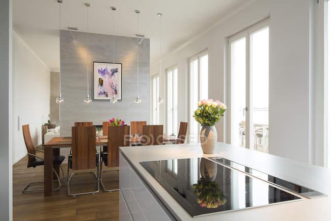 Interno del piatto moderno, area pranzo e cucina open space — Foto stock