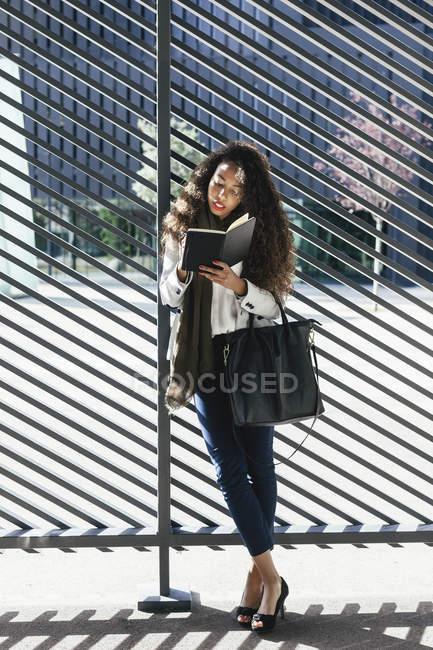 Junge Frau schreibt im Freien in Notizbuch — Stockfoto