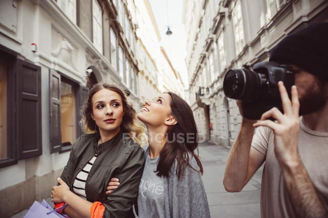 Austria, Vienna, tre turisti ad esplorare la città vecchia, il giovane che cattura foto — Foto stock