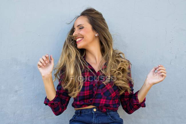 Щасливі жінка струшування голову і сміятися — стокове фото