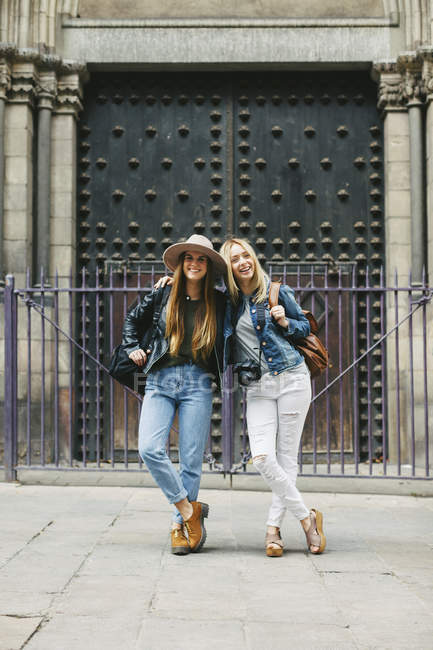 Spain, Barcelona, two young women in front of entrance portal — Stock Photo