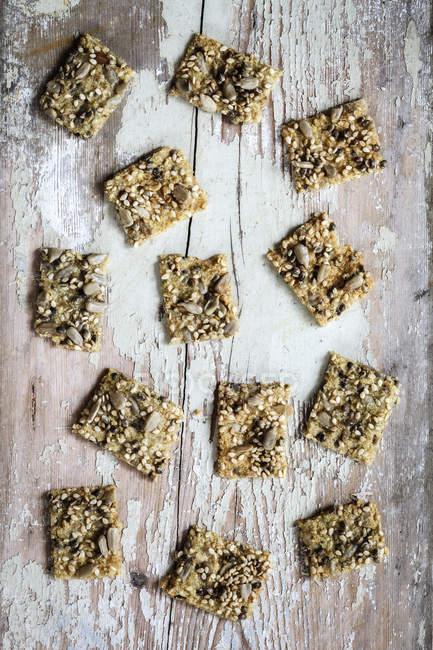 Cracker di seme con i semi di canapa su legno — Foto stock
