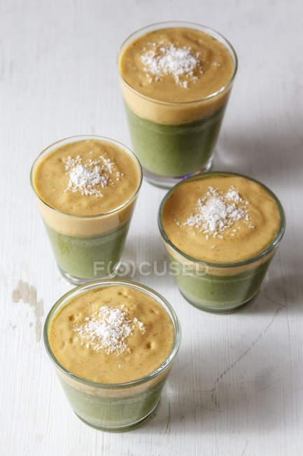 Grüne Smoothies, Dessert mit Vanillesauce, Rohkost — Stockfoto