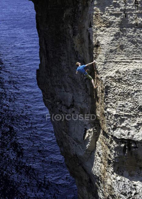 Gozo, Dwejra, jeune grimpeur masculin sur la falaise — Photo de stock