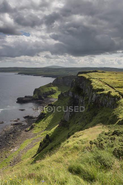 UK, Northern Ireland, County Antrim, basalt cliffs at Causeway Coast — Stock Photo