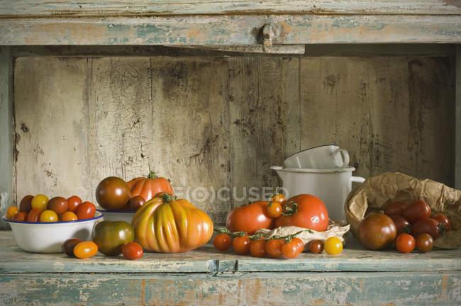 Verschiedene Tomaten auf Küchenschrank — Stockfoto