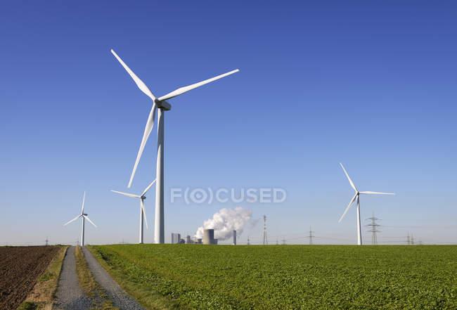 Vista de rodas eólicas e usina de mineração em Neurath, Renânia do Norte-Vestfália, Alemanha — Fotografia de Stock