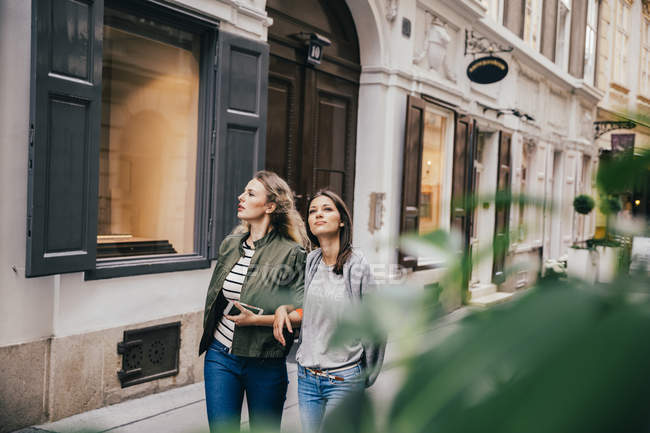 Austria, Vienna, two female friends exploring the old town — Stock Photo