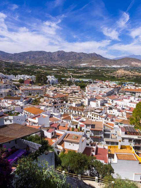 España, Andalucía, Granada, Sierra Nevada, Costa del Sol, townscape de Salobreña con montañas de fondo - foto de stock