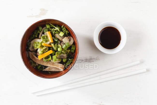 Чаша місо суп з моркви, шампіньйони і Савойї — стокове фото
