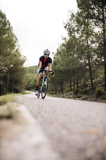 Велосипедист езда гоночных цикла — стоковое фото