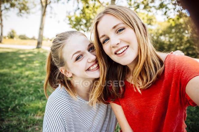 Two happy teenage girls taking a selfie — Stock Photo