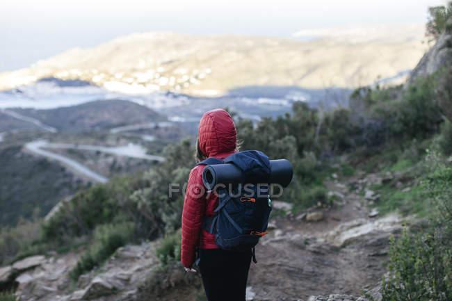 Espanha, Catalunha, Girona, caminhante feminina na natureza olhando para a vista — Fotografia de Stock