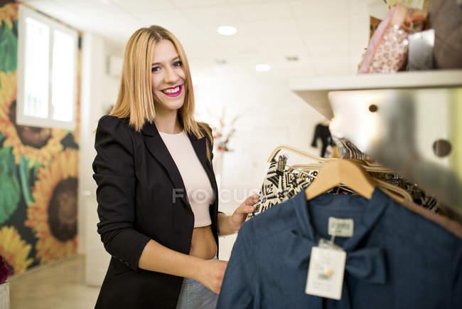 Молодая женщина в модный бутик — стоковое фото