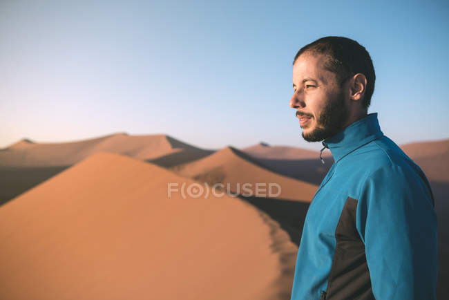 Namibia, Namib Desert, Sossusvlei, Man enjoying sunrise from the top of famous Dune 45 — Stock Photo