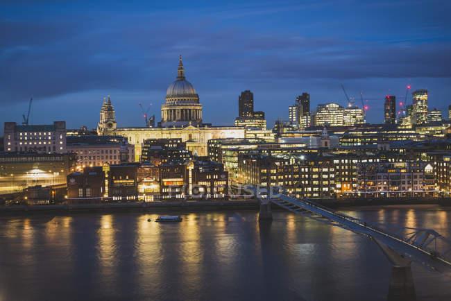 Reino Unido, Inglaterra, Londres, Catedral de São Paulo e Ponte do Milênio iluminada à noite refletindo no rio — Fotografia de Stock