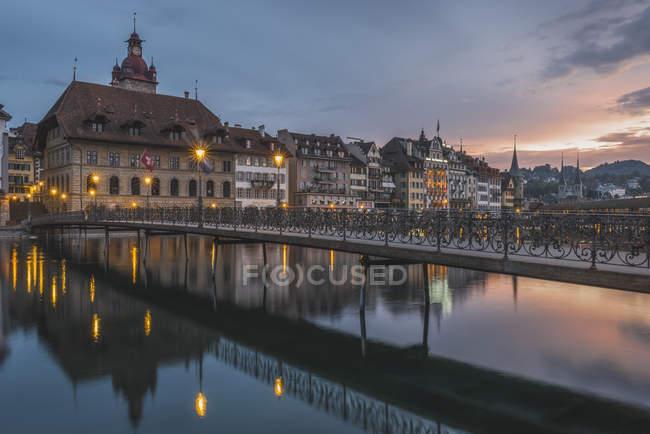 Puente de Rathaussteg a la vieja ciudad en la noche - foto de stock